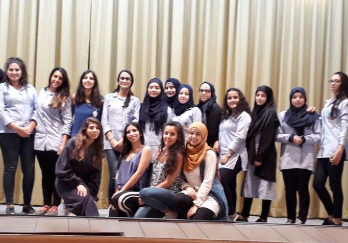 """Mona Rizk (terza da sinistra) con le allieve che hanno partecipato alla stesura e messa in scena de """"La Patente della vita"""""""