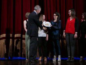La prof. Castagna con le studentesse vincitrici del Premio speciale Strada degli Scrittori nel 2017