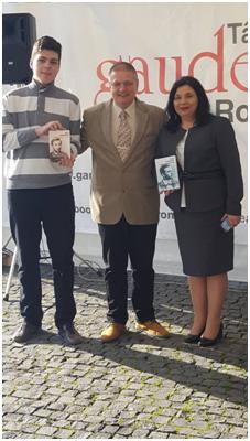 Alex Briciu con il prof. Laszlo Alexandru e l'editrice Nadia Fărcaș-Baciu